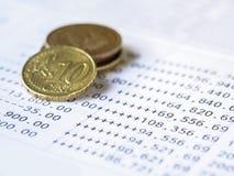 在银行帐户声明的硬币 免版税库存照片