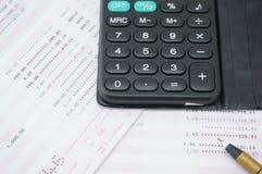 在银行帐户的计算器 免版税图库摄影