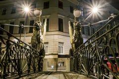 在银行桥梁的新来的人横跨在夜不适的griboyedov运河 库存照片