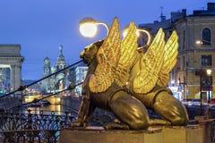 在银行桥梁,圣彼德堡,俄罗斯的新来的人 免版税库存图片