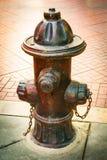 在银行营业厅的古老深红消防队连接 免版税库存图片