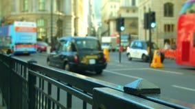 在银行驻地的繁忙的早晨,伦敦,被弄脏的背景 股票视频