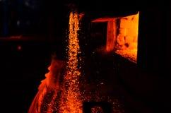 在铸件的金属 鼓风炉 冶金学 对抽象背景和纹理 免版税库存图片