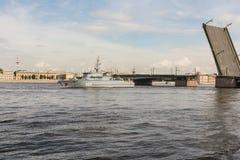 在铸造厂桥梁的一艘船 免版税图库摄影