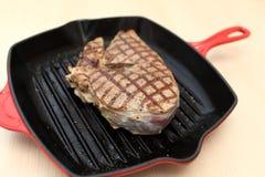 在铸铁格栅平底锅的牛排 免版税库存图片