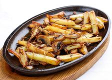 油煎的土豆用葱和蘑菇 图库摄影
