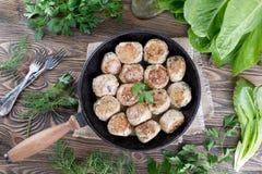 在铸铁煎锅的自创新近地煮熟的炸肉排 顶视图 免版税库存照片