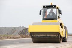 在铺工作的沥青期间的压路机 免版税图库摄影
