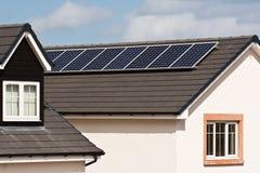 在铺磁砖的屋顶的光致电压的太阳电池板 图库摄影