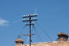 在铺磁砖的屋顶的电子柱子 库存照片