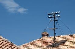 在铺磁砖的屋顶的电子柱子 免版税图库摄影