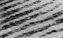 在铺磁砖的车道的水 免版税库存照片