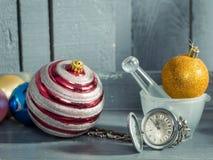 在链子和圣诞节球的时钟 库存图片