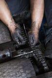 在链子期间维护的手  免版税库存照片