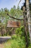 在链子的一个木标志在树枝垂悬 库存图片