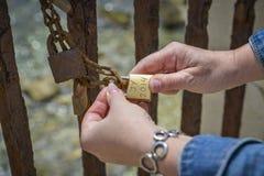 在链子的垂悬的爱锁 库存照片