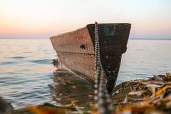 在链子的小船 免版税图库摄影