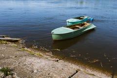 在链子的小船 免版税库存照片