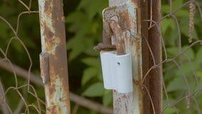 在链子的生锈的锁栓了慢动作录影 股票录像