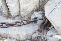 在链子的石头 免版税库存图片