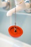 在链子的红色橡胶浴插座 免版税库存图片