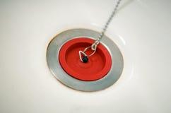 在链子的红色橡胶浴插座 免版税库存照片
