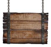 在链子的老被烧的木标志板 免版税库存图片