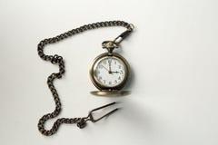 在链子的葡萄酒老手表 拿着在链子的手一块手表 免版税库存图片