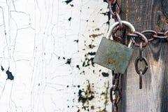 在链子的闭合的锁 库存照片