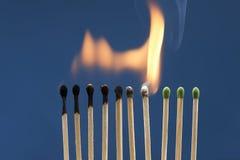 在链式反应点燃的火柴 免版税库存照片