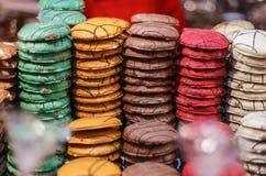 在销售中的五颜六色的姜面包在德国圣诞节市场上 免版税图库摄影