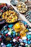 在销售中的五颜六色的宝石在一个跳蚤市场上在耶路撒冷,以色列。多彩多姿的背景。 免版税库存图片