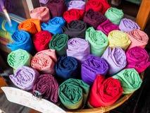 在销售中的五颜六色的裤子泰国样式在市场上 免版税库存图片