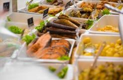 在销售中的供应的饭食在杂货店 库存照片