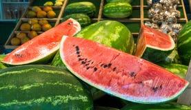 在销售中的可口大西瓜切片在市场上 新鲜水果夏天 免版税图库摄影