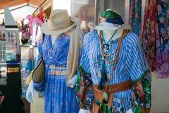 在销售中的吉普赛样式衣物saintes marie的de一家商店外 免版税库存图片