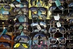 在销售中的太阳镜 免版税图库摄影