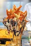 在销售中的奇怪的快餐在王府井快餐街道,北京 免版税图库摄影