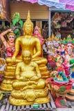 在销售中的宗教人工制品由路在郎Suan,泰国 免版税库存照片