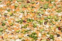 在销售中的干扁豆在市场上 免版税库存照片