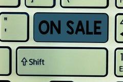 在销售中的手写文本 概念意思机会购买事准备好更加便宜的折扣被购买 免版税库存照片