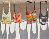 在销售中的手工制造袋子的游人在印度 免版税库存图片