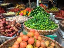 在销售中的新鲜农产品在地方农夫市场上 免版税库存照片