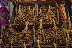 在销售中的新鲜的枣椰子果子在市场义卖市场在突尼斯 图库摄影