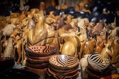 在销售中的木非洲纪念品在开普敦市场上 库存照片