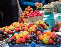 在销售中的混杂莓果 免版税库存照片