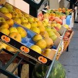 在销售中的苹果在蔬菜水果商的 免版税库存图片