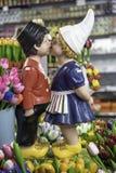 在销售中的荷兰小的小雕象在阿姆斯特丹购物 图库摄影