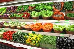 在销售中的菜在超级市场 库存照片