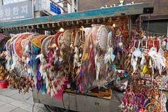在销售在Insadong街道,汉城,韩国中的Dreamcatchers 库存照片